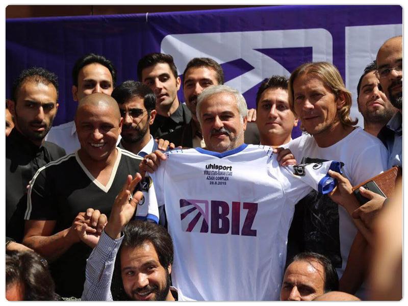 پیراهنی با نماد شکت بیز بر تن ستارگان فوتبال جهان